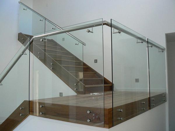 Những thiết kế cầu thang kính đẹp hiện đại