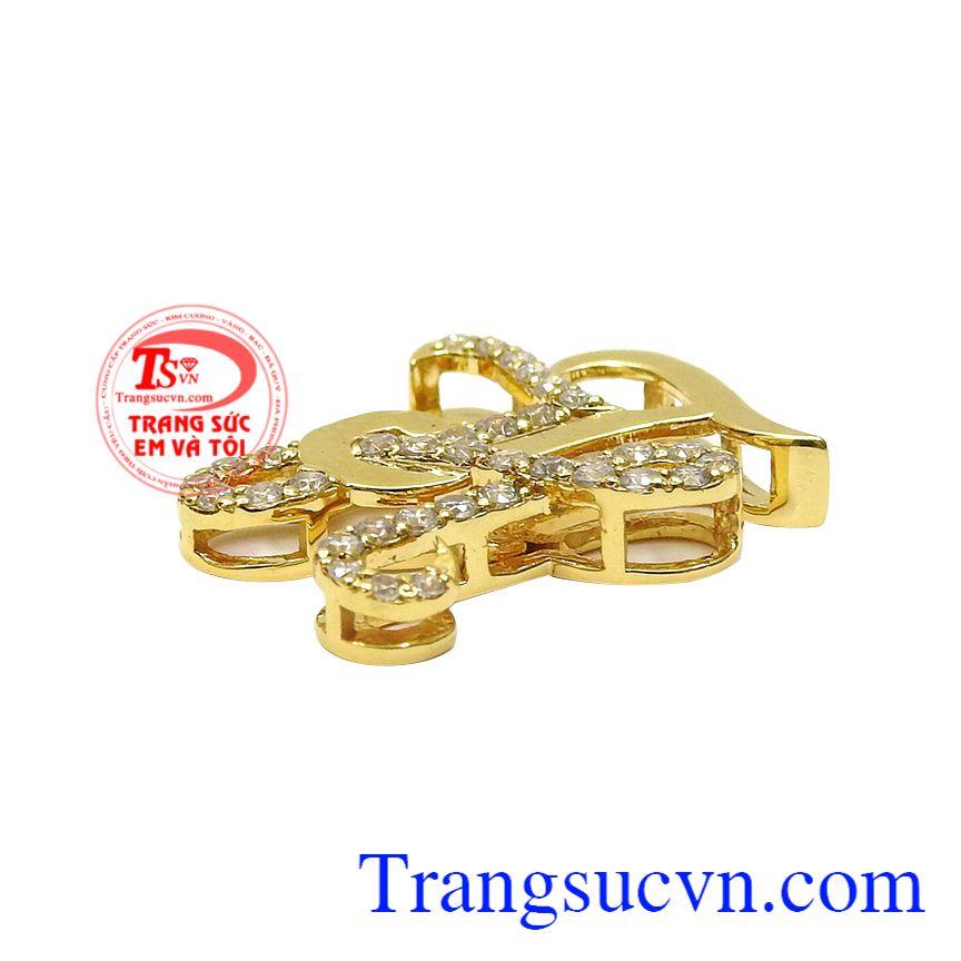 Các nhà chế tác khéo kéo kết hợp vàng tây và đá cz lấp lánh khiến sản phẩm trở nên nổi bật và ấn tượng hơn. Mặt dây chữ TH vàng tây