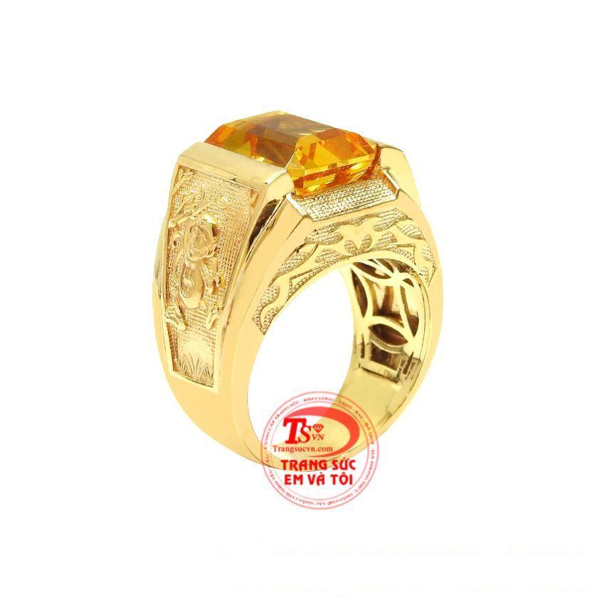 Nhẫn nam thạch anh vàng tuổi Thân được chạm khắc tinh xảo từ vàng 14k cùng đá thạch anh chất lượng.